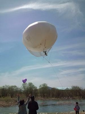 昨年は気球に乗った、今年はカメラが乗っていた。03