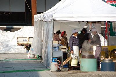 2012年の誠市が始まりご縁市では岩手・宮城・福島3県の特産品の販売も。01