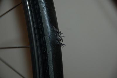 自転車のタイヤって、自爆するんですね。