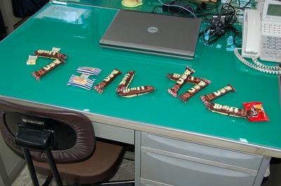 新入社員の方の机の上には歓迎の文字が置かれていました。